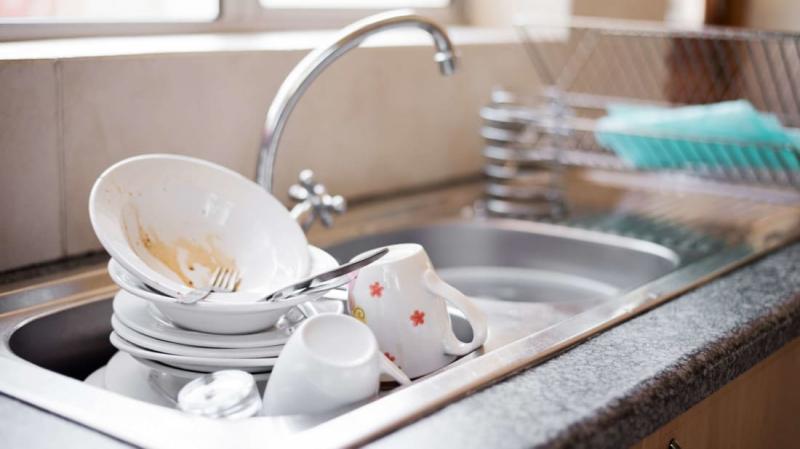 Ngâm bát đĩa trong bồn rửa