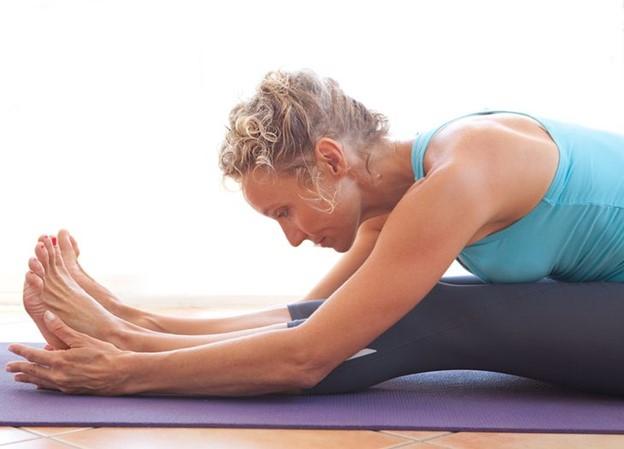 Tập các bài tập co giãn cơ thể để giảm đau lưng