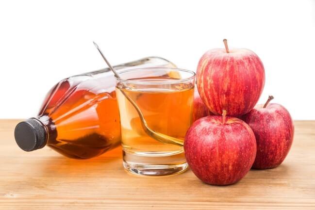 Uống giấm táo với nước lọc pha loãng
