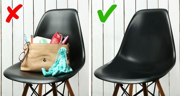 Đặt túi xách trên ghế hay giường
