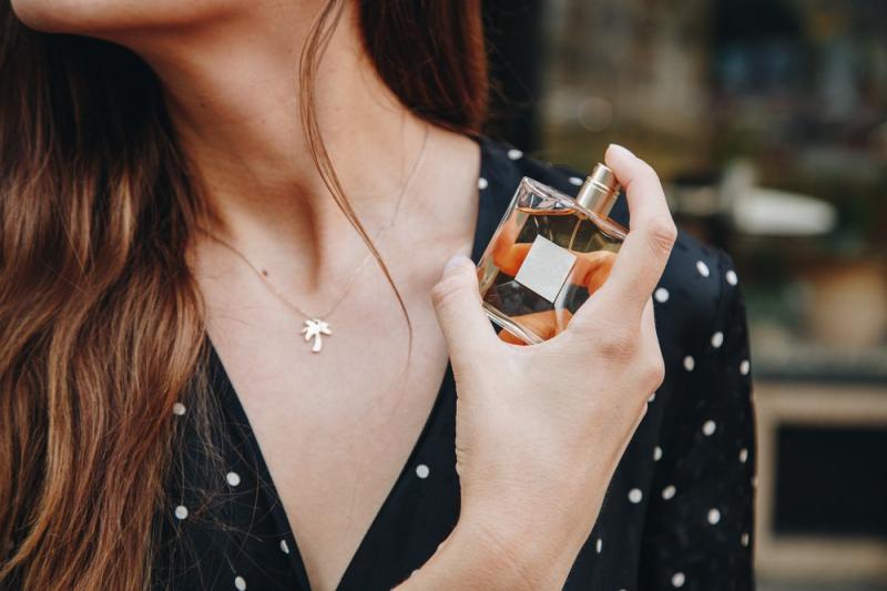 Không xịt nước hoa trực tiếp lên trang sức và chú ý khi xịt lên quần áo