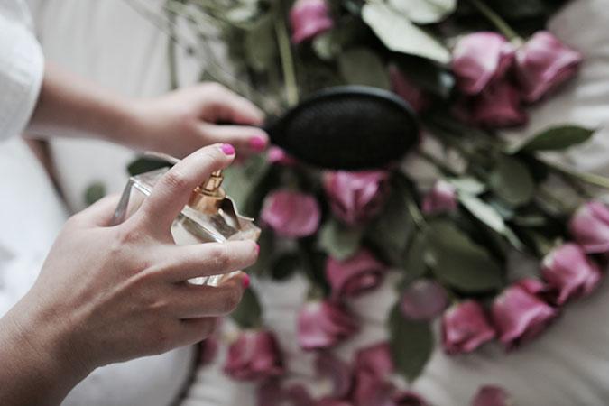 Nên xịt nước hoa lên lược chải tóc